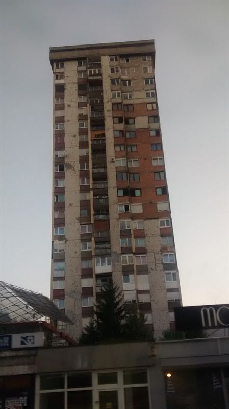 agujeros de balas en los edificios de sarajevo