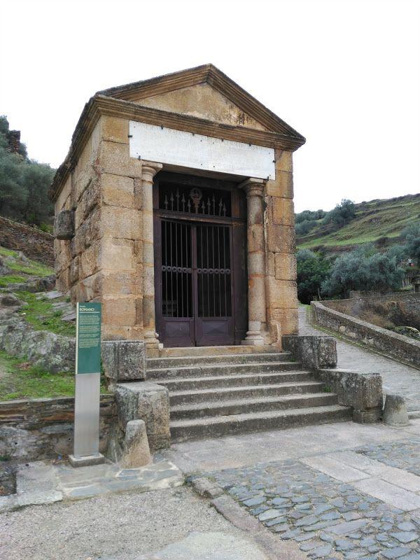 antiguo templete romano cercano al puente de alcantara