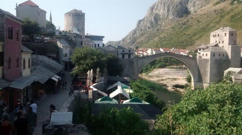 el puente de mostar es el principal punto turistico de la ciudad