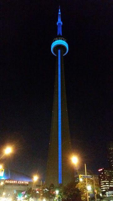 Torre CN iluminada de noche