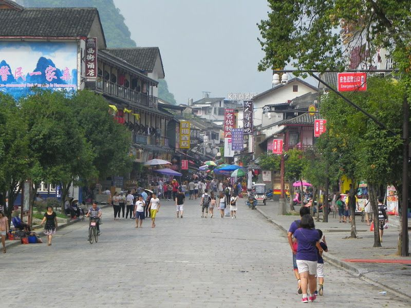 calle principal yangshuo china