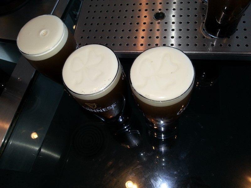 Pintas de Guinness en la fábrica, todo un símbolo en Dublín