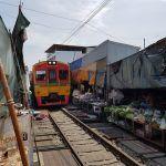 El curioso mercado de la vía del tren de Mae Klong, cerca de Bangkok
