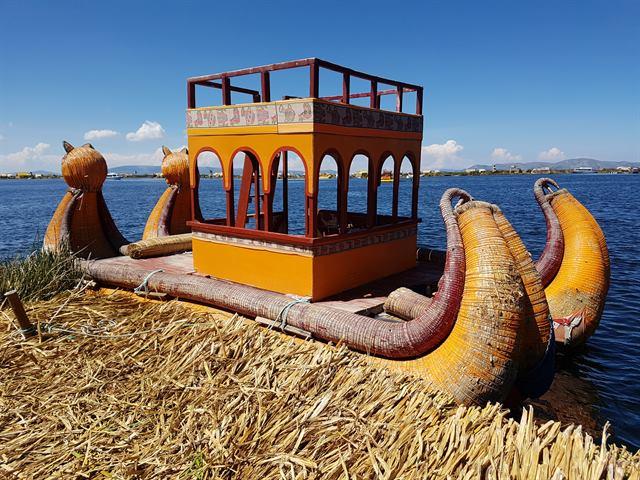 Barca fabricada con totora