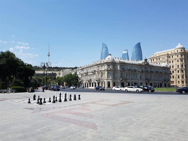 Bakú, con las Flame Towers al fondo