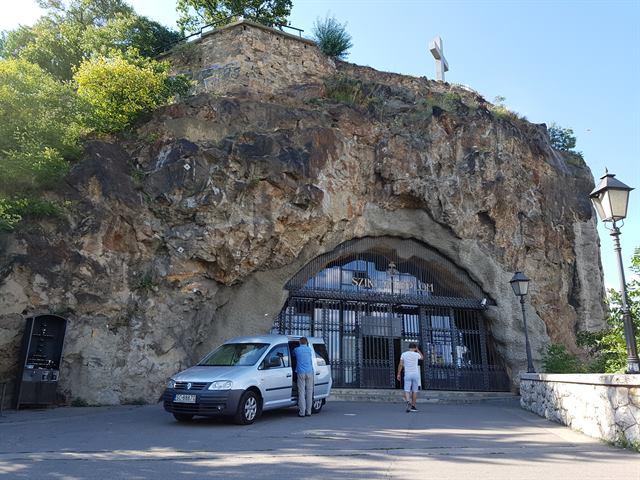 Iglesia dentro de una cueva en Budapest