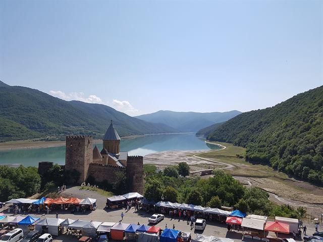 Las mejores vistas de la fortaleza de Ananuri, desde una colina
