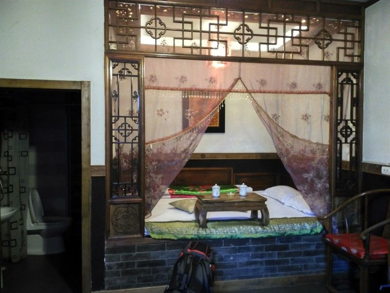 Cama tradicional china con la mesita y las tazas de té