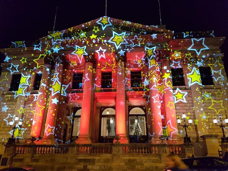 El ayuntamiento de Dublín, iluminado en un día de diciembre