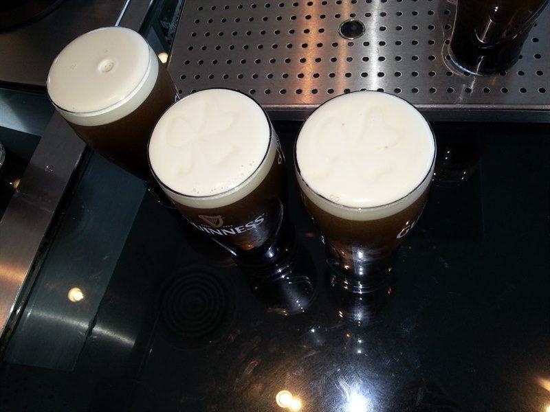 Pinta de cerveza en la fábrica de Guinness