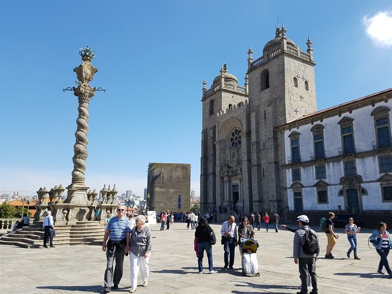 Plaza de la catedral de Oporto