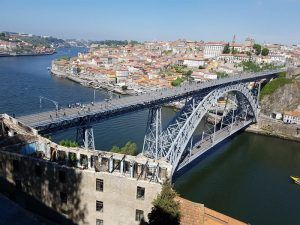 El puente de Oporto sobre el río Duero