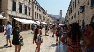 Calle principal de Dubrovnik donde cambiar moneda croata