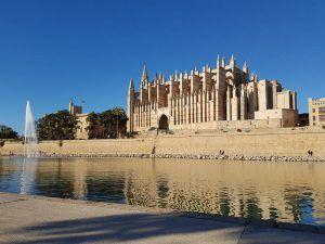 Vistas de la catedral de Palma de Mallorca desde el parque de la Mar