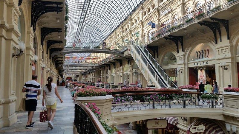 Interior del centro comercial Gum