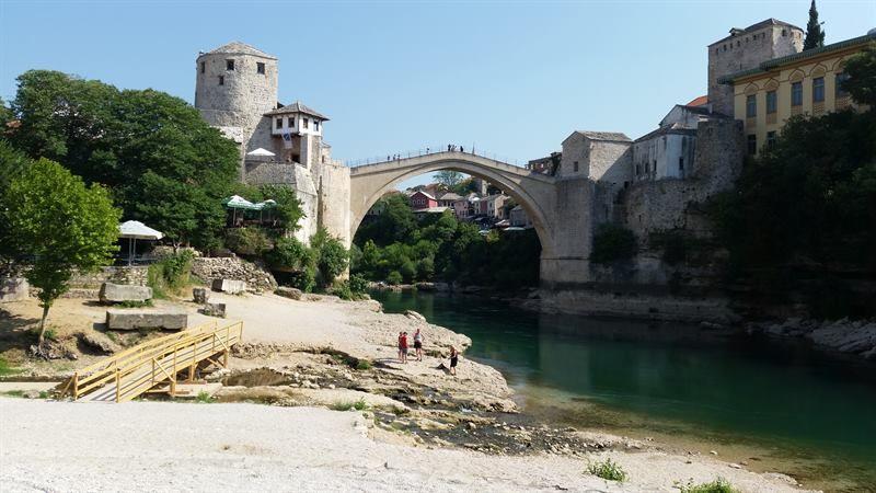El puente de Móstar visto desde al lado del río