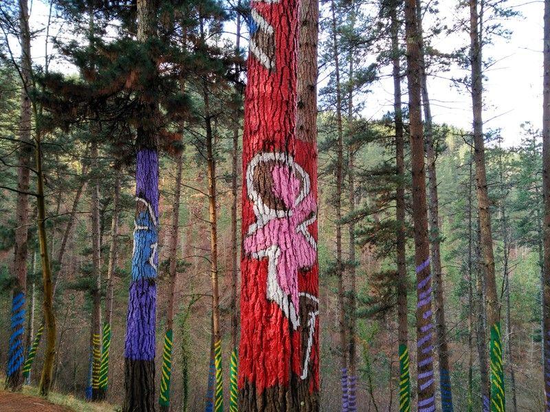 figuras en bosque de oma