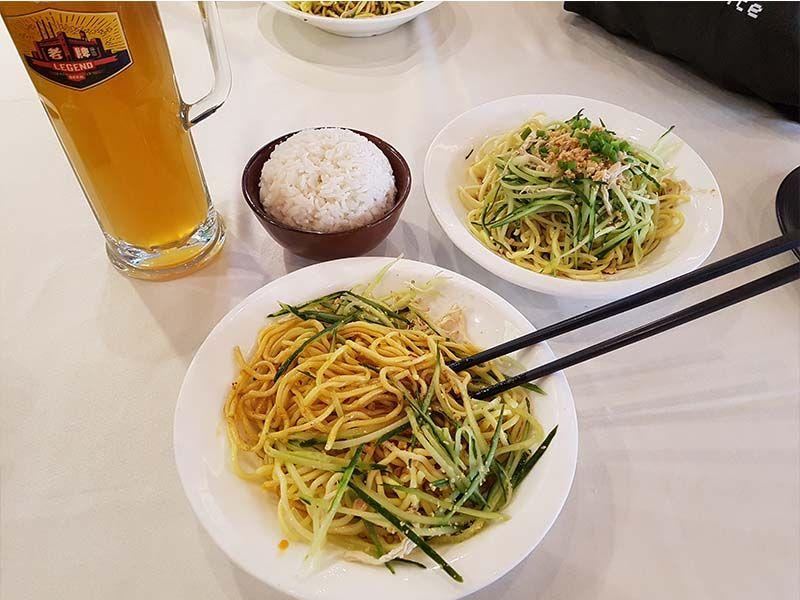 Comida en un restaurante de Pekín, cerca de la estación de Dongzhimen