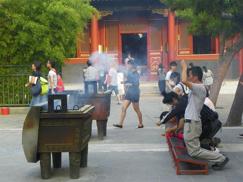 oracion varillas incienso templo lamas pekin