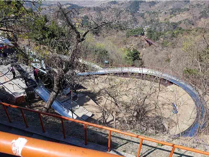 Tobogán para bajar de la Gran Muralla China