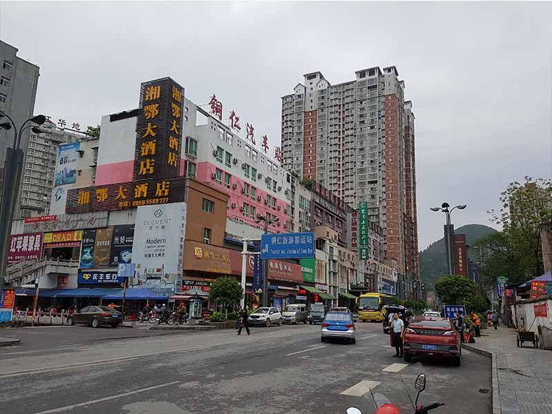 Calle de la estación de autobuses en Tongren