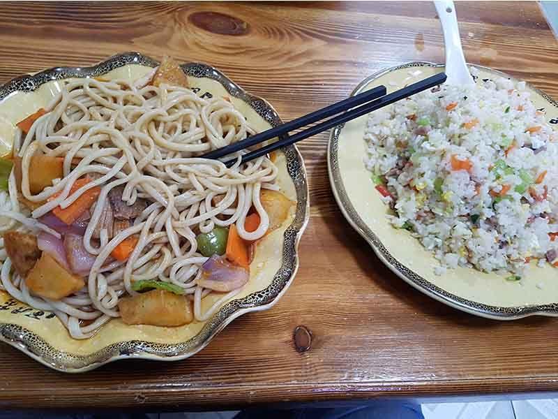 Noodles y arroz para la comida