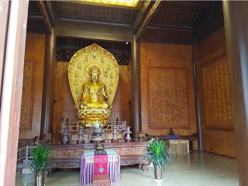Estatua de Maitreya en el templo de la Gracia Maternal