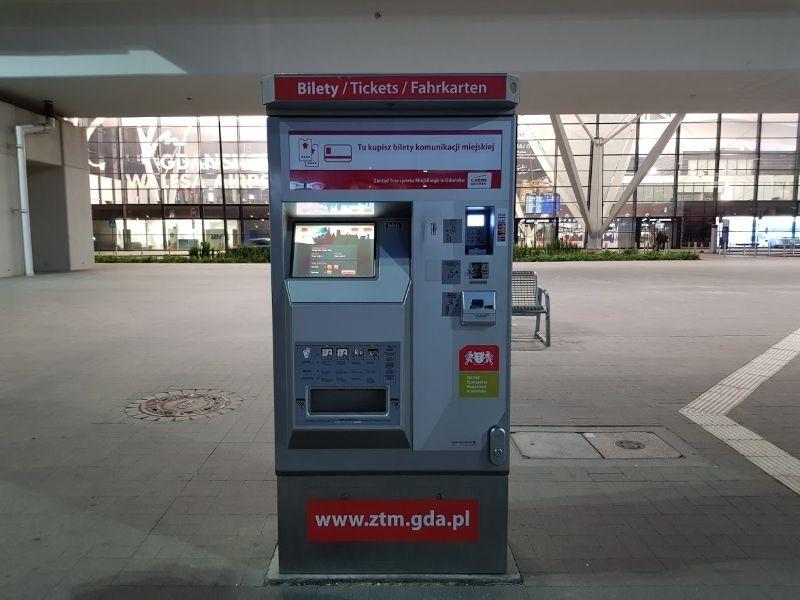máquina venta ticket bus aeropuerto gdansk