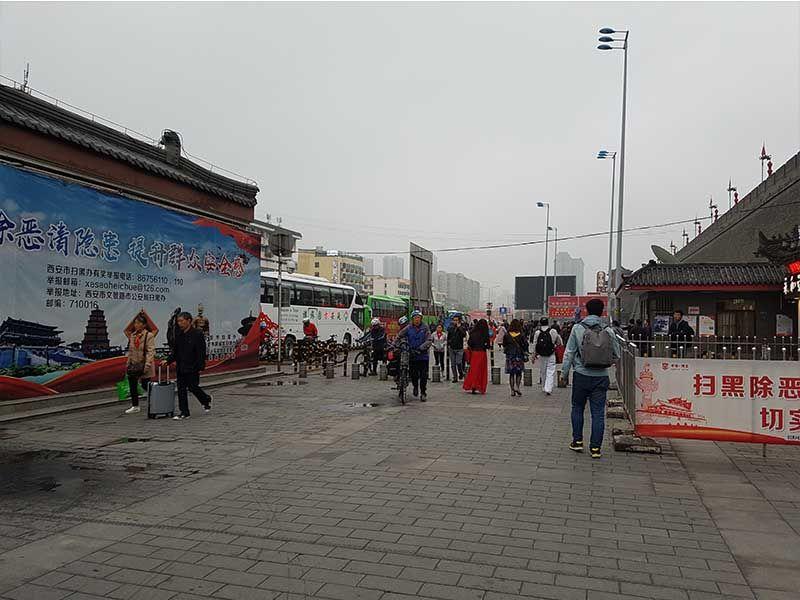 Zona de autobuses en la estación de tren de Xian