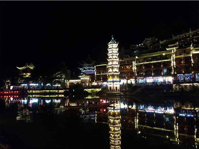 Vista de Fenghuang de noche