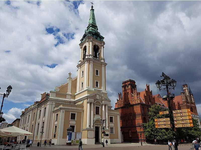 Iglesia del Espíritu Santo y edificio de correos de Torun