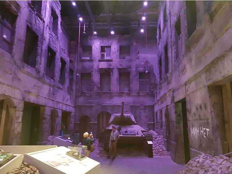 Interior del museo de la II Guerra Mundial de Gdansk