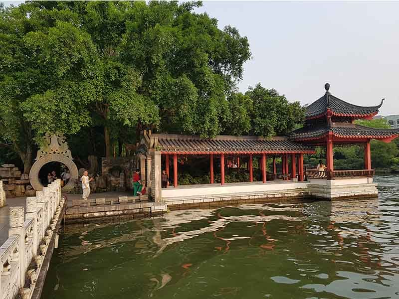 Isla en el lago del parque Riyue Shuangta
