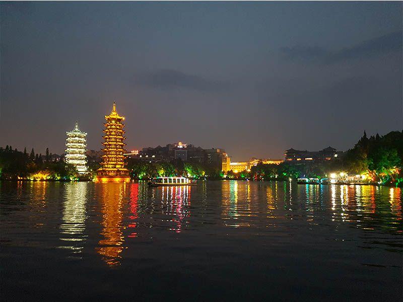Pagodas del Sol y Luna de noche