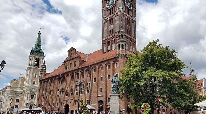Plaza del mercado de Torun y la estatua de Copérnico