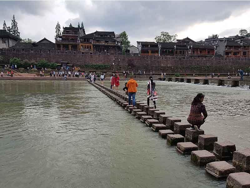 Puente de piedra, uno de los lugares que ver en Fenghuang en un día