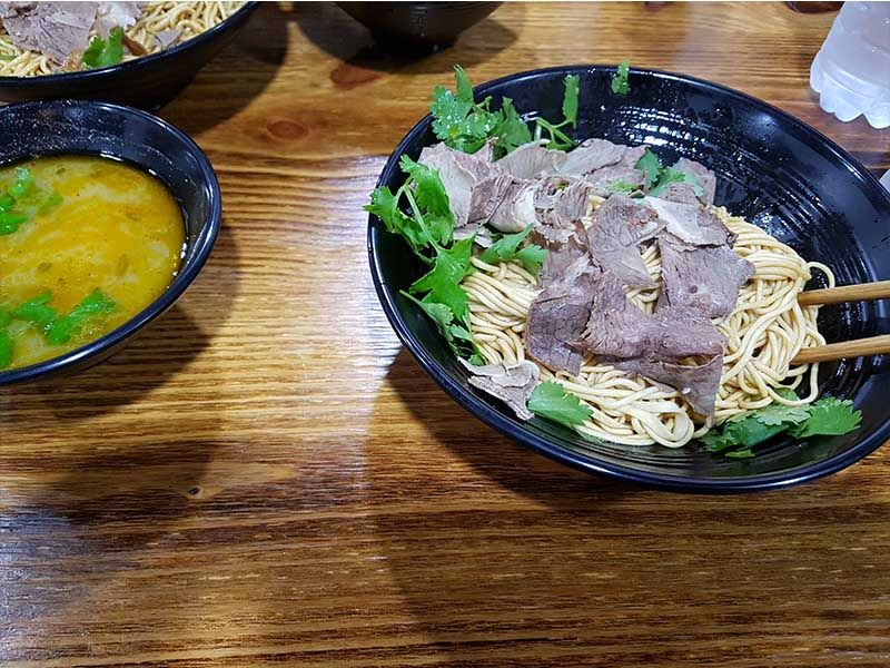 Comida china en un restaurante cerca de la calle Nanjing