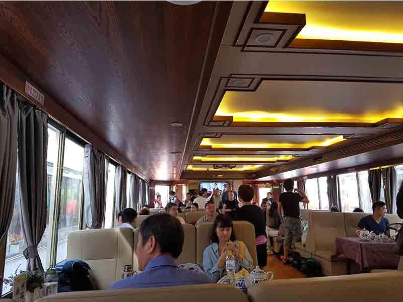 Interior del barco por el río Li