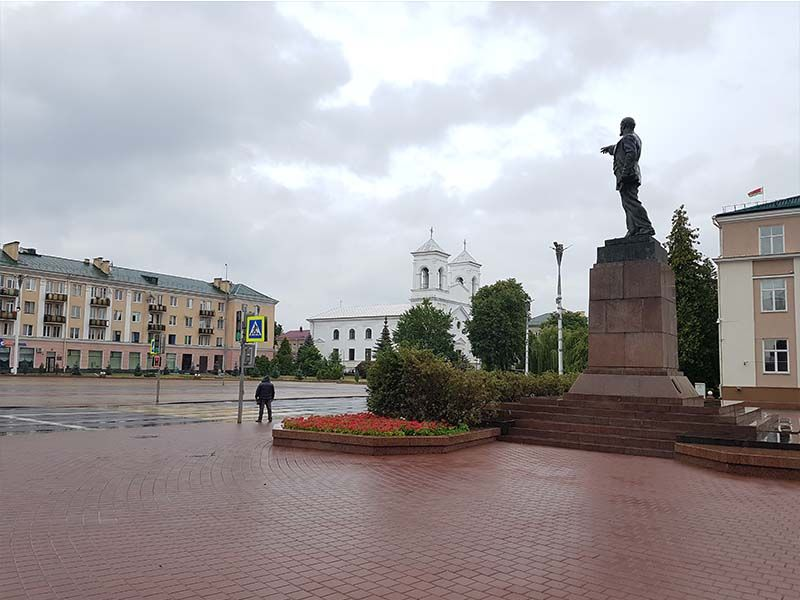 Plaza y estatua de Lenin en Brest