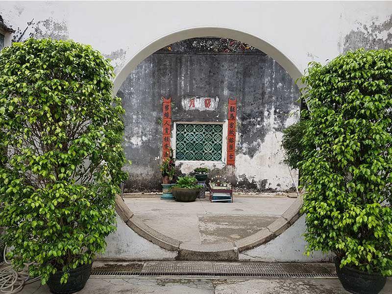 Puerta circular en los patios de la casa del Mandarín