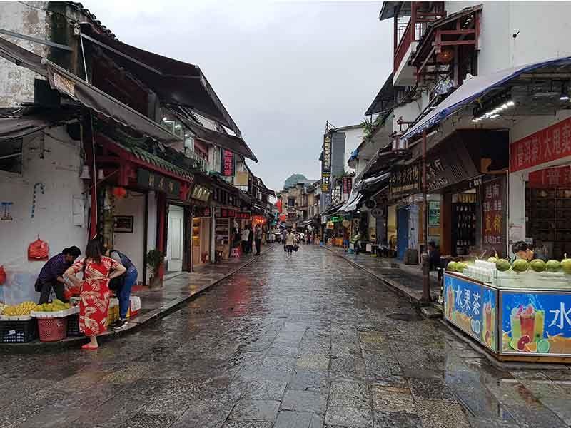 Una calle en Yangshuo, un pueblo turístico de China