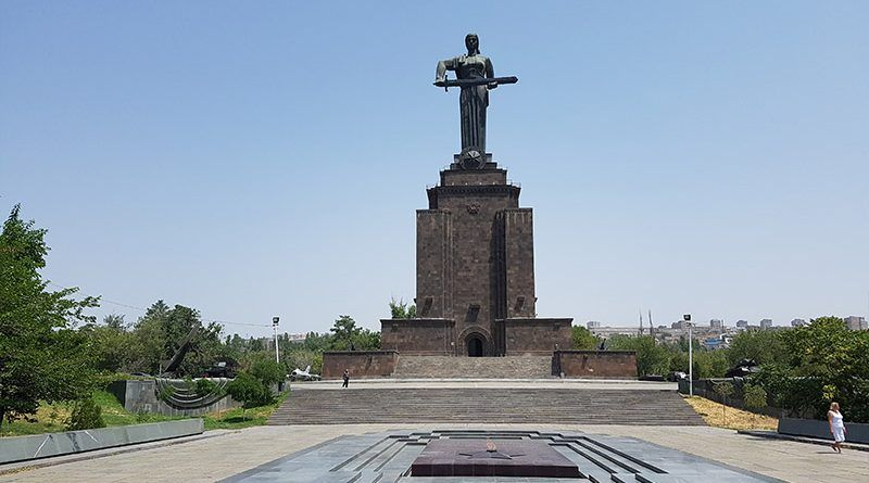 Estatua de la Madre Armenia