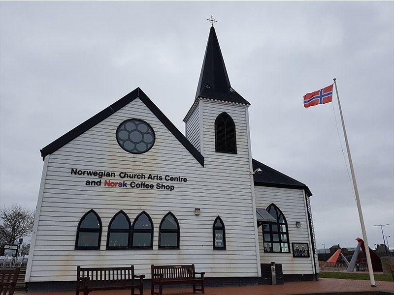 La iglesia noruega junto a la bahía de Cardiff