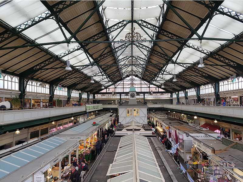 Interior del mercado central de Cardiff