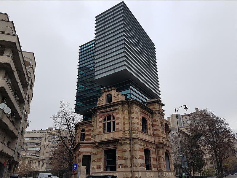 Edificio con restos de guerra en Bucarest