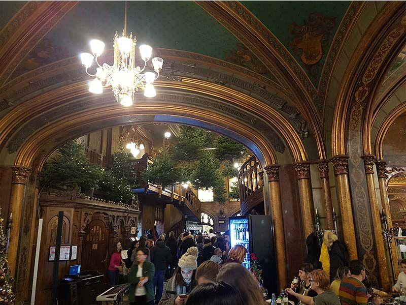 Interior del restaurante Caru'cu bere