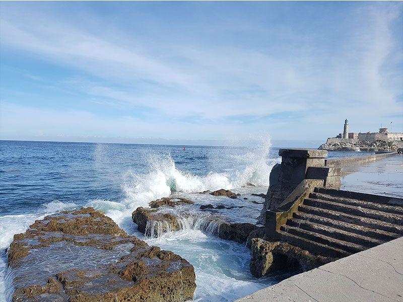 Malecón de La Habana y el castillo de San Salvador de la Punta