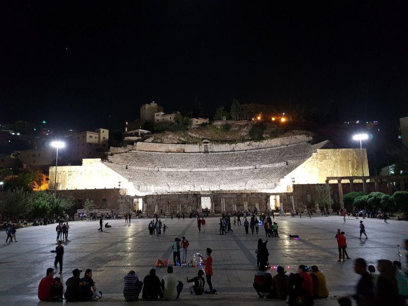 plaza hashemite amman teatro romano de noche