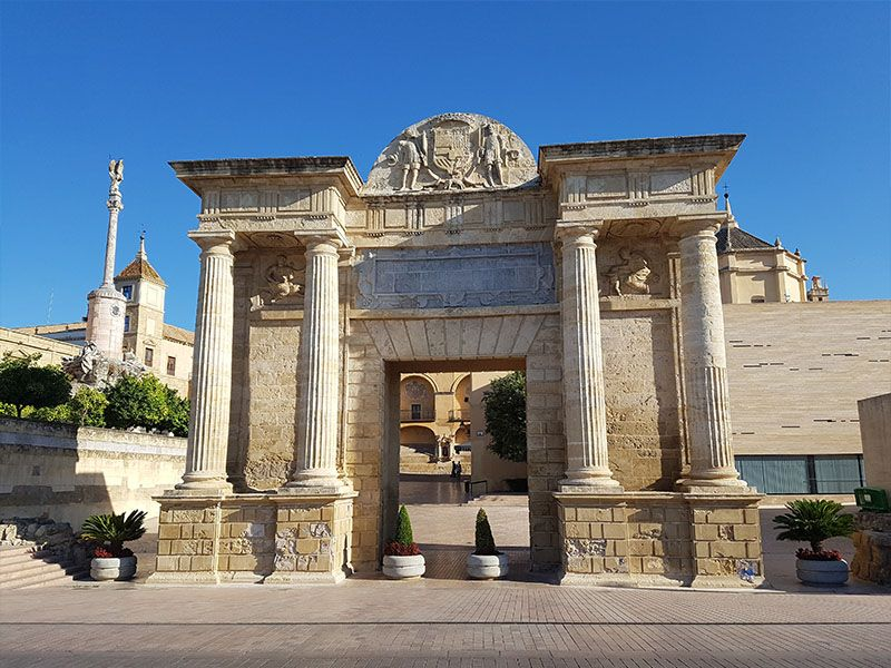 Puerta del Puente Romano con el Triunfo de San Rafael
