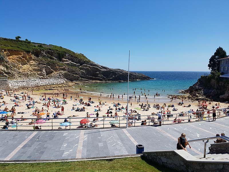 Playa del Sablón, en Asturias en verano